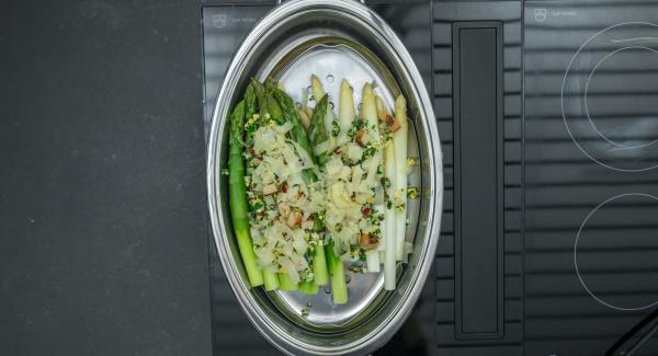 Aggiungere nell'Ovale sopra gli asparagi il misto di erbe e verdure e i cubetti di pane, condire con sale e pepe. Cospargere sopra le scaglie di parmigiano e servire immediatamente.