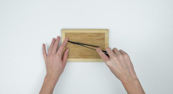 Tagliare il baccello di vaniglia nel senso della lunghezza ed estrarre l'essenza. Versare il succo nell'Unità di cottura e amalgamare la maizena con l'aiuto di una frusta.