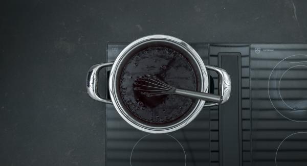 Posizionare l'Unità sul fornello regolato a calore alto. Portare a ebollizione mescolando. Quindi ridurre il calore e a basso e proseguire la cottura per ca. 5 minuti fino ad ottenere la giusta consistenza.