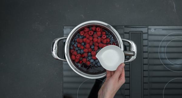 Nel frattempo lavare e pulire i frutti di bosco. Unirli alla salsa e aggiungere lo zucchero a piacere.