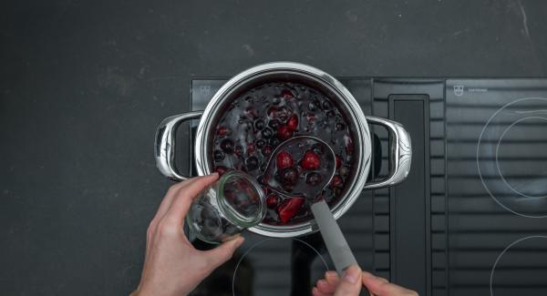 Versare la salsa ai frutti di bosco in barattoli di di vetro e lasciar raffreddare bene durante la notte.