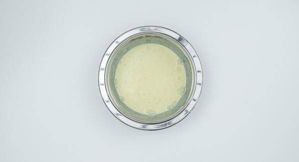 Amalgamare in una bacinella Combi la panna, l'uovo, la scorza di limone e il vino e condire con sale e pepe.