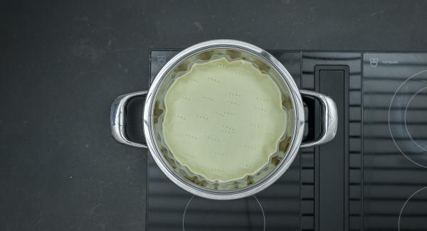 Posizionare l'Unità sul fornello regolato a calore alto. Inserire la pasta sfoglia e coprire l'Unità con Navigenio rivolto verso il basso impostato a livello I. Mentre la spia lampeggia di rosso e blu, accendere Audiotherm inserire un tempo di 3 minuti (su induzione circa 2 minuti) e cuocere al forno.