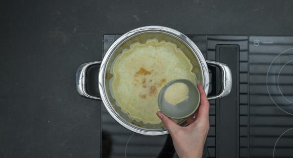 Togliere Navigenio, cospargere il pangrattato sulla pasta sfoglia, aggiungere le taccole, cospargere con la cipolla e il prosciutto. Versare l'impasto con l'uovo, distribuire il formaggio e spegnere fornello.