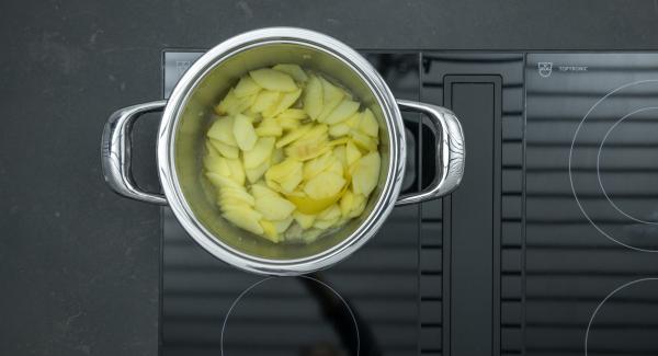 Al suono di Audiotherm, abbassare il calore e terminare la cottura. Lasciar raffreddare le mele. Rimuovere la scorza di limone.