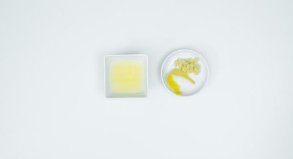 Lavare il limone. Sbucciare due strisce sottili di scorza di limone con un pelapatate e spremere il succo. Sbucciare la radice di zenzero e grattugiarla.