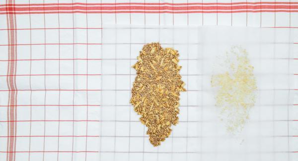Disporre il composto su un lato della carta da forno e piegare la seconda metà del foglio su di essa. Stendere con un mattarello in modo da appiattire il più possibile il composto. Lasciare raffreddare per ottenere il croccante.