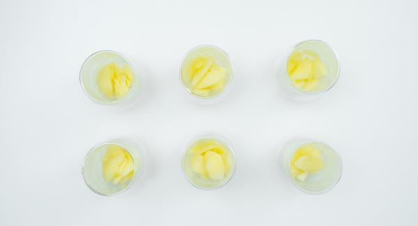 Disporre le mele in bicchieri o vasetti e versare sopra la miscela di yogurt.