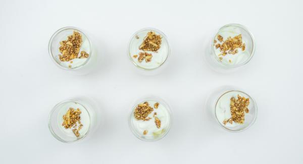 Per guarnire il dessert, spezzettare il croccante, tritarlo e cospargere sullo strato di yogurt prima di servire.