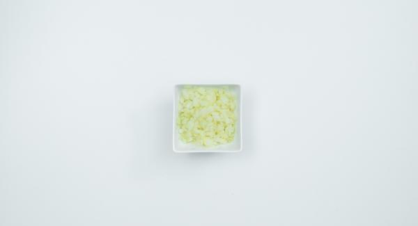 Lavare e pulire i crauti e tagliarli a striscioline sottili. Sbucciare la cipolla e tagliarla a dadini.