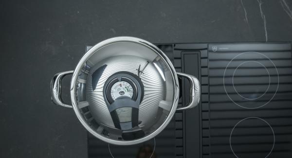 Al suono di Audiotherm, abbassare il calore e mettere la pancetta. Far rosolare qualche minuto e unire la cipolla.