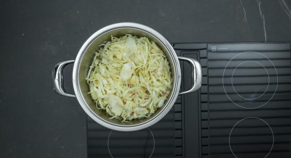 """Mettere i crauti grondanti d'acqua nell'Unità di cottura. Accendere Audiotherm, inserire un tempo di cottura di 30 minuti, applicarlo su Visiotherm e ruotare finchè non compare il simbolo """"verdura"""". Al suono di Audiotherm, abbassare il calore e terminare la cottura."""
