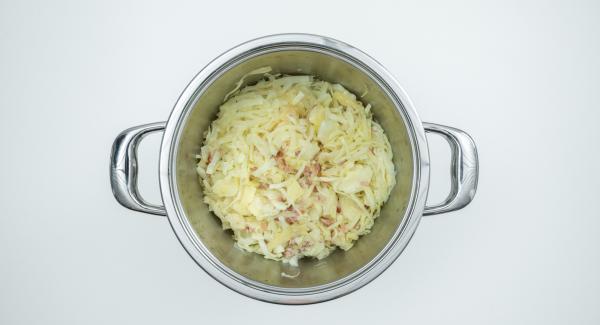 Aggiungere infine l'aceto e condire con sale, pepe, un pizzico di zucchero e cumino.