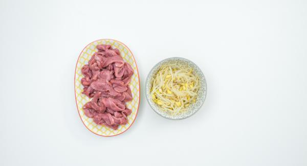 Tagliare il petto d'anatra a striscioline e scolare i germogli di soia.