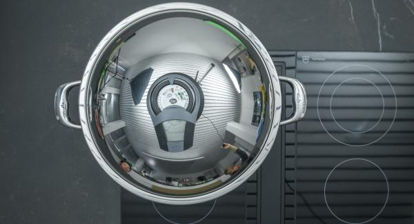 Al suono di Audiotherm, ridurre il calore, tostare gli anacardi sempre mescolando e metterli quindi da parte.