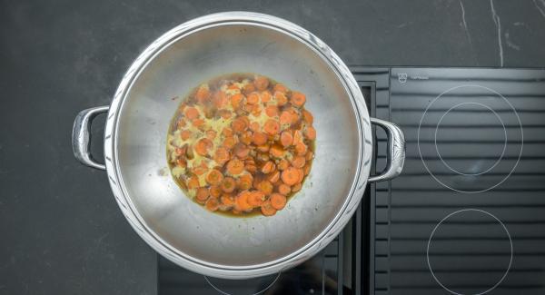 Rosolare il petto d'anatra in porzioni, estrarlo e tenerlo in caldo. Rosolare le fette di carote allo stesso modo e sfumare con il succo d'arancia; aggiungere la salsa di soia e la salsa di ostriche, quindi il peperoncino e lo zenzero. Lasciare scoperto e far addensare il sugo per ca. 5 minuti.