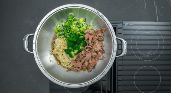 """Aggiungere il porro, i germogli di soia, le rosette di broccoli e il petto d'anatra.  Regolare il calore al massimo, scaldare fino alla finestra """"verdura"""", spegnere e lasciar riposare per un paio di minuti per completare la cottura."""