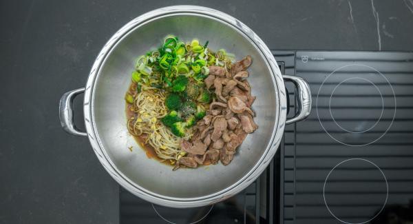 Aggiustare di sale e pepe e servire immediatamente cospargendo il piatto con gli anacardi.