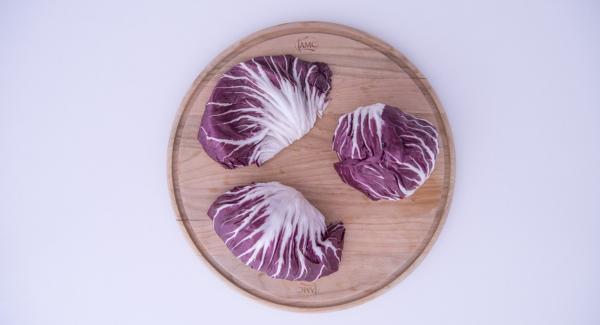 Tagliare il formaggio asiago a cubetti. Staccare le foglie di radicchio, lavarle e inserirle all'interno della Softiera 24 cm.