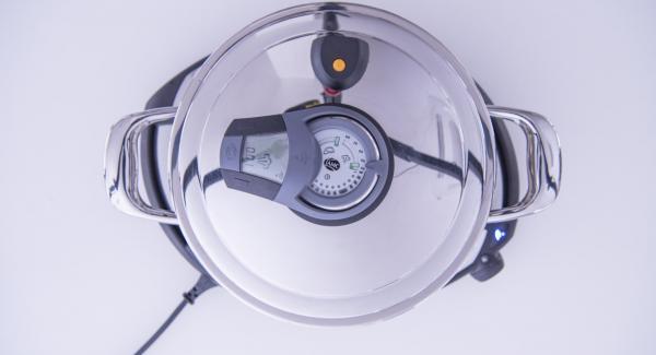 """Versare l'aceto bianco all'interno dell'Unità di cottura 24 cm 3.5 l e adagiare quindi al suo interno la Softiera contenente le foglie di radicchio. Coprire l'Unità con EasyQuick e ammorbidire il radicchio con Navigenio regolato in modalità """"A"""" e Audiotherm posizionato sulla finestra """"vapore"""" con impostato un tempo di 1-2 minuti."""