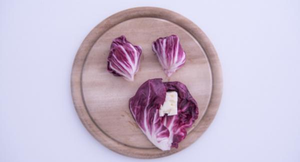 Al suono di Audiotherm, aprire EasyQuick e avvolgere all'interno delle foglie di radicchio sbollentate i cubetti di formaggio asiago per creare i fagottini.
