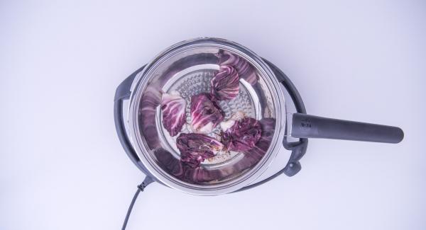 Al suono di Audiotherm, estrarre i fagottini e servirli accompagnati da foglie di salvia fresca e un pizzico di pepe.
