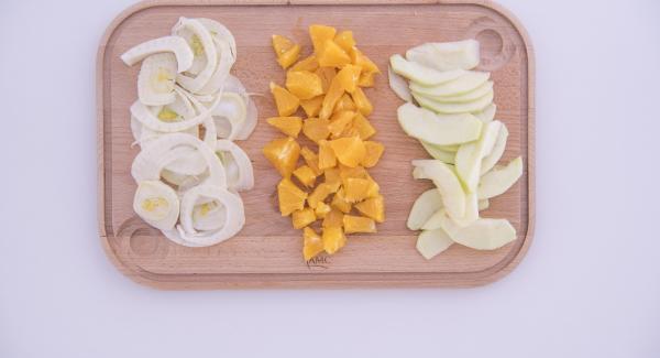 Lavare e pulire i gamberoni, togliendo il filo nero. Tagliare la mela a fettine, l'arancia pelata a vivo a pezzetti e affettare il finocchio.
