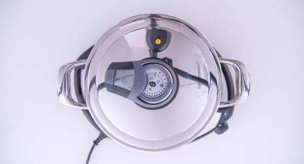 Al suono di Audiotherm, togliere i gamberoni cotti e mescolarli all'insalata di finocchi e arance. Condire con l'emulsione.