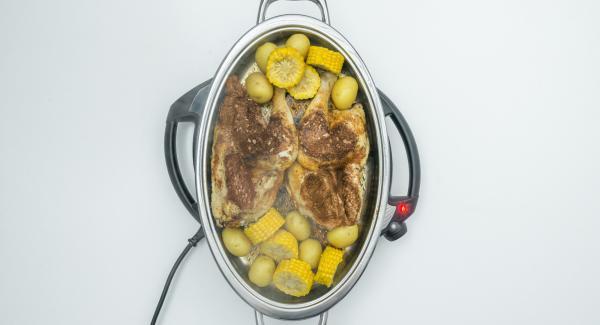 Al suono di Audiotherm, estrarre il pollo e servire con le patate e le pannocchie.