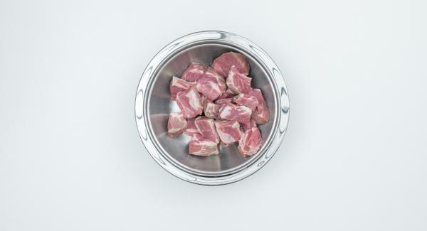 Tagliare la carne a cubetti, di giusta grandezza per un boccone. Metterli in una bacinella Combi 20 cm.