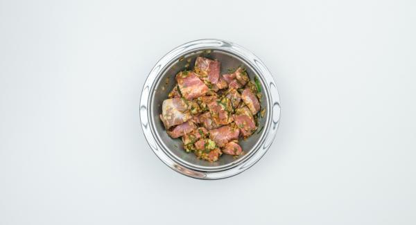 Per la marinata, tritare la cipolla e l'erba cipollina nel Tritamix. Aggiungere olio e aceto e coprire la carne con la marinata. Far marinare per circa 4 ore.