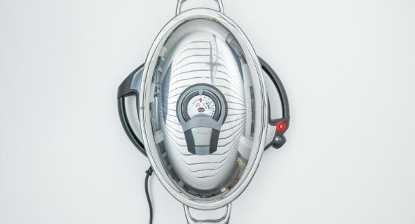 Al suono di Audiotherm, abbassare Navigenio a livello 4, inserire gli spiedini e chiudere con il coperchio.