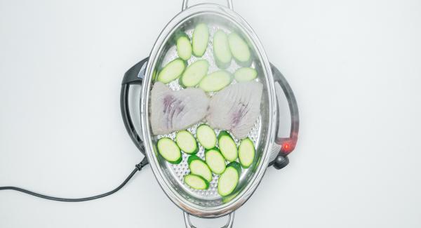 """Con l'ausilio di Audiotherm, rosolare da un lato. Al raggiungumento del """"punto di girata"""" a 90° C, girare il tonno e le zucchine e completare la cottura senza coperchio fino a raggiungere il grado di cottura desiderato (breve tempo)."""