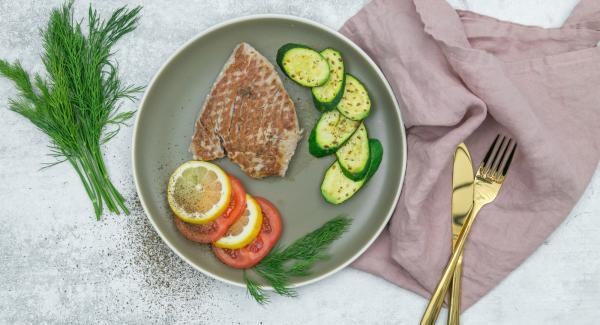 Servire il tonno con le zucchine come contorno insieme ai pomodori e al limone. Guarnire con le spezie.