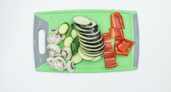 Pulire i funghi con uno spazzolino o uno strofinaccio (in caso di champignon, tagliarli a fette spesse). Mondare la zucchina, la melanzana e il peperone e ridurli in fette spesse circa mezzo cm.