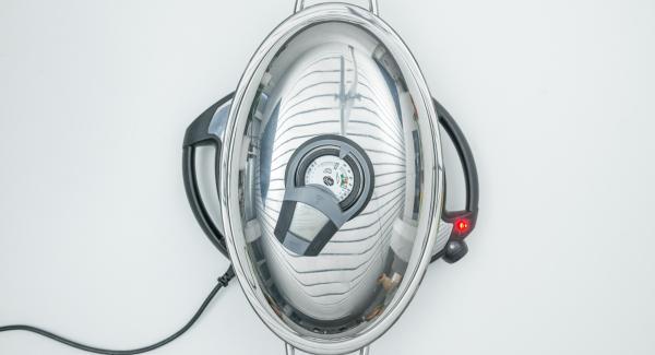 """Al suono di Audiotherm, abbassare Navigenio a livello 4, disporre la verdura e grigliare fino a raggiungere il """"punto di girata"""" a 90° C. Quindi girare, spegnere Navigenio e terminare la cottura per ca. 1 minuto."""