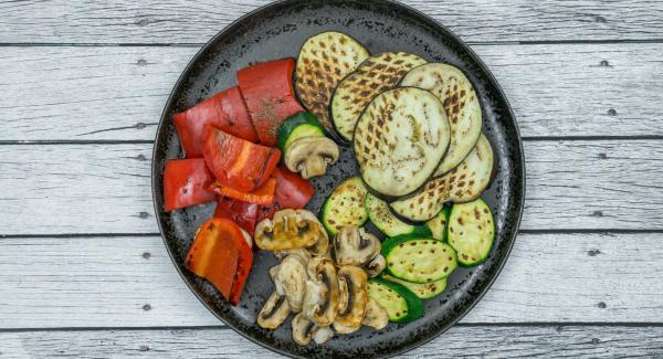 Servire le verdure insaporendole con Pepe Trio. Grigliare allo stesso modo le verdure rimanenti.