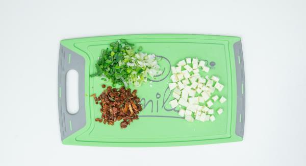 Pulire le patate dolci e tagliarle a fette di circa mezzo cm di spessore. Tagliare a pezzettini il formaggio, i pomodori e il cipollotto.