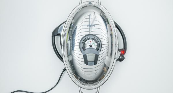 Al suono di Audiotherm, abbassare Navigenio a livello 4, disporre le fette di patate nell'Unità Ovale Grill e coprire con il coperchio.