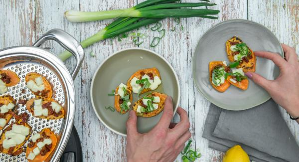 Irrorare con olio e succo di limone e cospargere con le spezie. Distribuirvi sopra i cipollotti e servire.