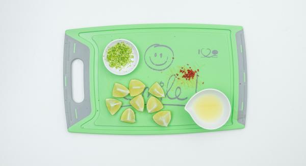 Per la marinatura, mondare il peperoncino e tagliarlo a dadini, lavare il lime con acqua calda. Grattugiare parte della scorza e spremere il succo di mezzo lime. Tagliare l'altra metà in 8 fettine.