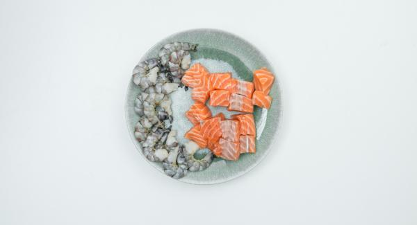 Tagliare il filetto di salmone in ca. 16 cubetti. Mescolare i cubetti di salmone e i gamberi con la marinata, coprire e lasciare in frigorifero per ca. 6 ore.