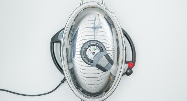 Al suono di Audiotherm, abbassare Navigenio a livello 4, disporre gli spiedini nell'Unità Ovale Grill e coprire con il coperchio.