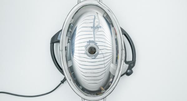 """Con l'ausilio di Audiotherm, rosolare fino a raggiungere il """"punto di girata"""" a 90° C. Girare quindi gli spiedini e coprire l'Unità con il coperchio. Svitare Visiotherm, spegnere Navigenio e terminare la cottura per ca. 3 minuti."""