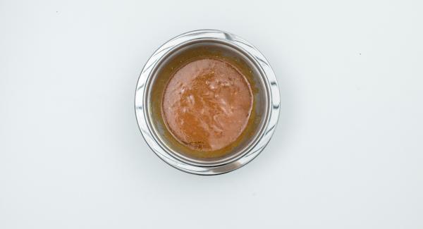 Per la salsa, spremere il succo di lime. In una bacinella Combi 16 cm, mescolarlo insieme alla salsa Worcestershire, la salsa di soia, il ketchup, il concentrato di pomodoro, il miele, la senape e l'olio.