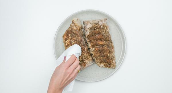 Al suono di Audiotherm, disporre le costine su un piatto da portata e asciugarle con carta da cucina. Pulire l'Unità Ovale Grill e il coperchio.