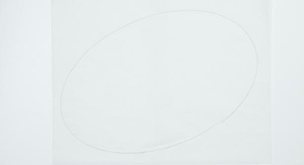 Aiutandosi con il coperchio ovale, ritagliare un foglio di carta da forno.