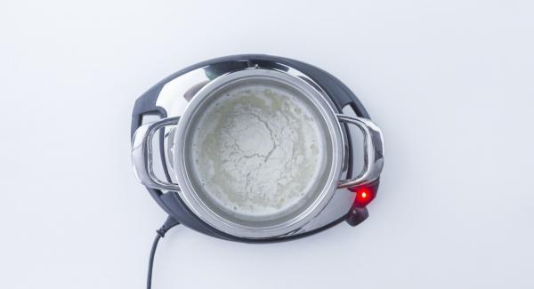 Abbassare Navigenio a livello 1 e aggiungere il burro, il sale e la farina setacciata. Cuocere per ca. 1 minuto mescolando continuamente.