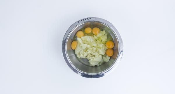 Trasferire il composto in una bacinella e, sempre mescolando, aggiungere le uova intere una alla volta. Mescolare fino a ottenere una pastella liscia.