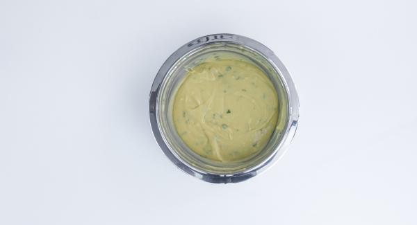 Pelare l'aglio e sminuzzarlo insieme al prezzemolo, quindi unirli alla pastella e continuare a mescolare.